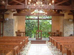 人気の結婚式場 ザ・ヒルトップテラス奈良のチャペル内